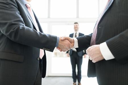 Händedruck mit Kunden | microtech.de
